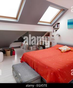Dachgeschoss Schlafzimmer mit Velux Fenstern, UK nach Hause - Stockfoto