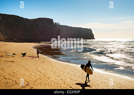 Surfer am Strand in der Sonne Tag. Portugal - Stockfoto