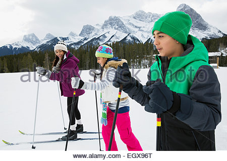 Kinder Ski-Langlauf in schneebedecktes Feld - Stockfoto