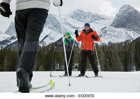 Familie Langlaufen im verschneiten Feld - Stockfoto