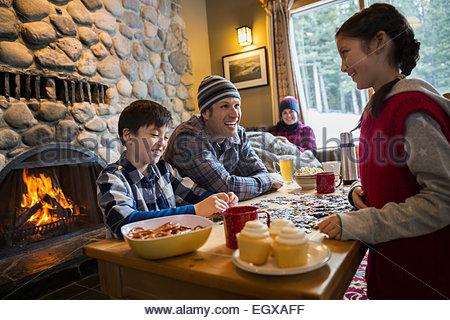 Familie Montage Jigsaw Puzzle im Lodge-Wohnzimmer - Stockfoto