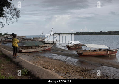 Boote in den Hafen - Pangani, Tansania, Ostafrika. - Stockfoto