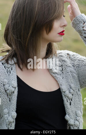 Porträt einer schönen jungen Frau in wollene Strickjacke im freien - Stockfoto