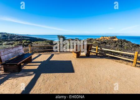Blick auf das Meer von einem Point Aussichtspunkt mit Bänken. Torrey Pines staatliche Naturschutzgebiet, La Jolla, - Stockfoto