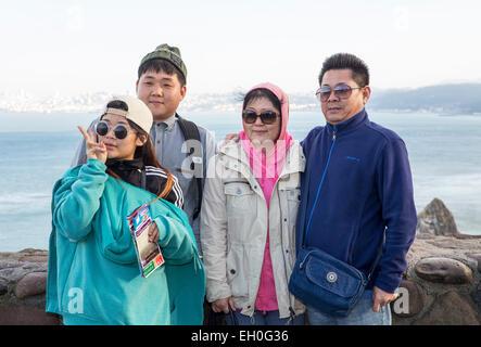 Asiatische Familie, Familie Fotos, für Fotografie, Touristen, Besucher posieren, nördlich der Golden Gate Bridge, - Stockfoto