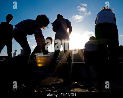 Familien Angeln für Krabben auf der Hafenmauer von The Cobb bei Lyme Regis ein beliebtes Ferienziel resort an der - Stockfoto