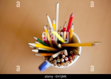 Direkt über dem Schuss von Bleistiften in Stifthalter auf Tisch - Stockfoto