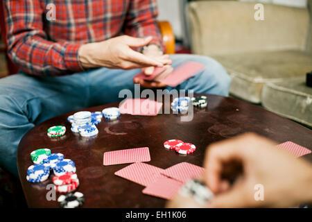 Bild von Spielkarten zu Hause Männer beschnitten - Stockfoto