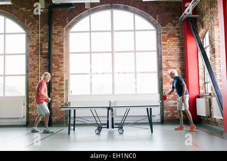 Voller Länge Seitenansicht der Senioren Herren Tischtennis spielen, im Fitness-club - Stockfoto