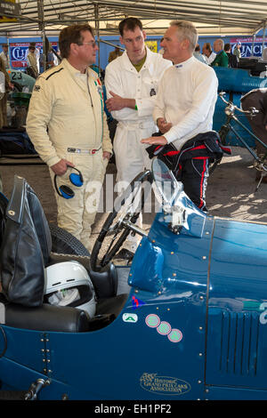 Heinz Bachmann, links, redet mit anderen Goodwood Trophy-Teilnehmer bei der 2014 Goodwood Revival, Sussex, UK. - Stockfoto
