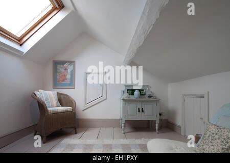 Korbstuhl im Dachgeschoss Schlafzimmer Umwandlung von Macclesfield Stadthaus, Cheshire, England, UK - Stockfoto