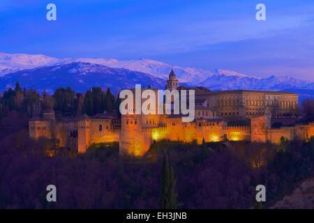Alhambra, UNESCO World Heritage Site, bei Dämmerung, Sierra Nevada, Granada, Andalusien, Spanien - Stockfoto