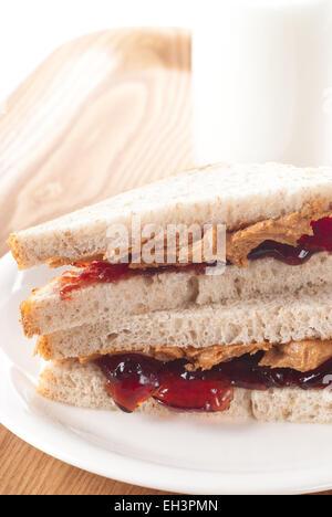 Erdnussbutter und Marmelade-Sandwich mit einem Glas Milch. - Stockfoto