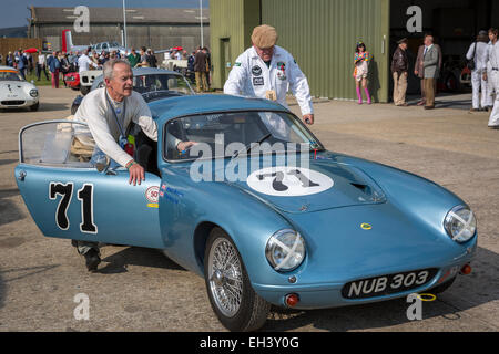 1960 Lotus Elite mit Brian Arculus Fahrer und Mechaniker, Fordwater Trophy Teilnehmer 2014 Goodwood Revival, Sussex, - Stockfoto