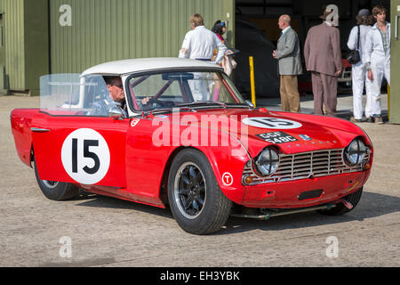 1962 tRiumph TR4 mit Fahrer Chris Ryan, Fordwater Trophy Rennen Teilnehmer, 2014 Goodwood Revival, Sussex, UK. - Stockfoto