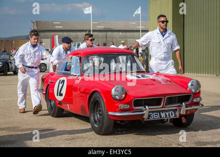 1963 Reliant Sabre 6, Fordwater Trophy-Teilnehmer im Fahrerlager mit Mechanik, 2014 Goodwood Revival, Sussex, UK. - Stockfoto