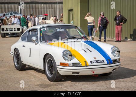 1966-Porsche 911 mit Fahrer Bill Wykeham, Fordwater Trophy Teilnehmer, 2014 Goodwood Revival, Sussex, UK - Stockfoto