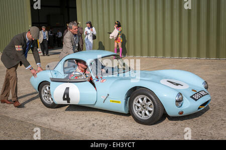 Ginetta G4 1963 im Fahrerlager mit Fahrer Lee Mumford, Fordwater Trophy Rennen, 2014 Goodwood Revival, Sussex, UK. - Stockfoto