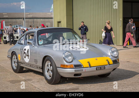 1964 Porsche 901 mit Fahrer Andrew Smith, Fordwater Trophy Rennen Teilnehmer, 2014 Goodwood Revival, Sussex, UK. - Stockfoto
