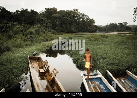 Panama, Darien Provinz Darien National Park, Weltkulturerbe der UNESCO, Embera Indianergemeinde, junge auf einem - Stockfoto