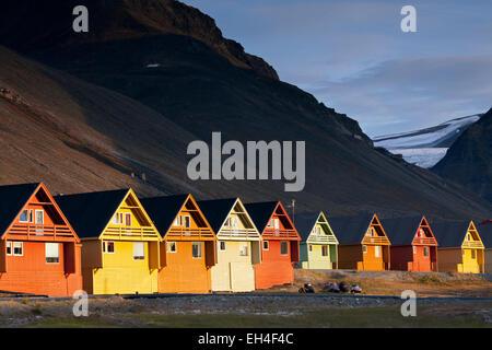 Bunte hölzerne Häuser in der Siedlung Longyearbyen in Sommer, Spitzbergen, Norwegen - Stockfoto