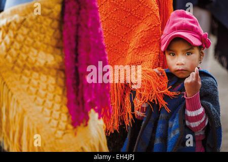 Ecuador, Cotopaxi, Zumbahua, das Dorf von Zumbahua Markttag, Porträt von einem jungen ecuadorianischen Mädchen in - Stockfoto