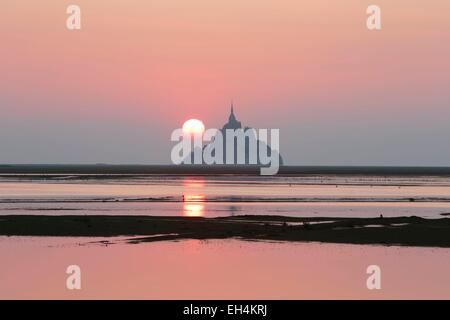 Frankreich, Manche, Mont Saint Michel Bay, als Weltkulturerbe der UNESCO, Sonnenaufgang am Mont Saint Michel bei - Stockfoto