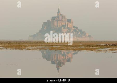 Frankreich, Manche, Mont Saint Michel Bay, Weltkulturerbe der UNESCO, Mont Saint-Michel bei Flut - Stockfoto