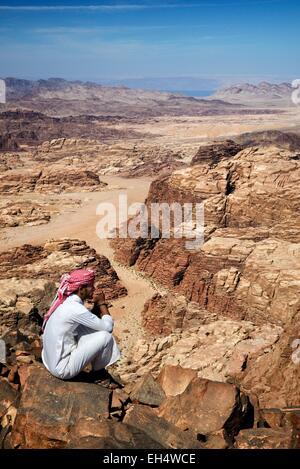 Jordan, Wadi Rum, Wüste, Grenze mit Saudi-Arabien, Beduinen und Blick vom Gipfel des Jebel Umm Adaami (1832m), dem - Stockfoto