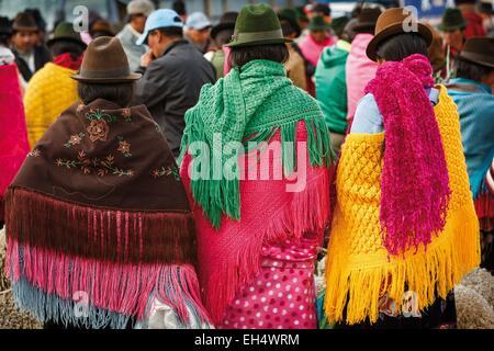 Ecuador, Cotopaxi, Zumbahua, das Dorf von Zumbahua Markttag, Details der bunten Outfits getragen von Frauen auf - Stockfoto