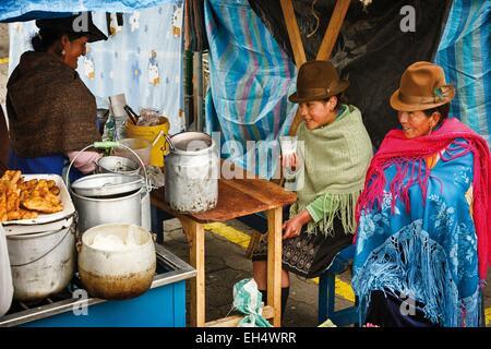 Ecuador, Cotopaxi, Zumbahua, das Dorf von Zumbahua Markttag, Bauern zu Mittag auf einem Marktstand - Stockfoto