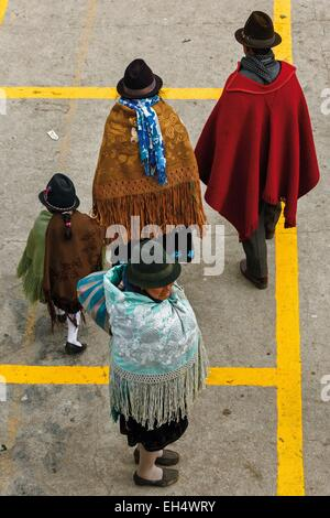 Ecuador, Cotopaxi, Zumbahua, das Dorf von Zumbahua Markttag, Familie Dorfbewohner auf dem Markt - Stockfoto
