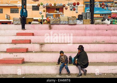 Ecuador, Cotopaxi, Zumbahua, das Dorf von Zumbahua Markttag Dorfbewohner auf die Schritte von dem Hauptplatz des - Stockfoto