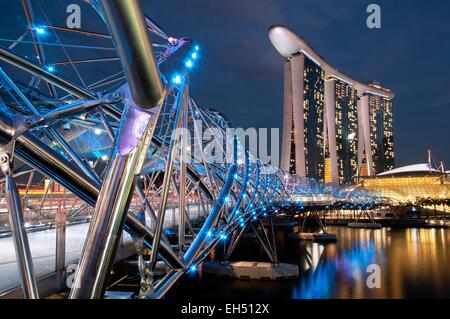 Singapur, Marina Bay, Marina Bay Sands Hotel, entworfen von dem Architekten Moshe Safdie am Abend von der Helix - Stockfoto