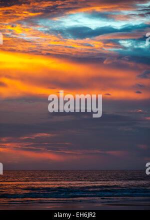 Indien, Goa. Erstaunlich, weltberühmte Sonnenuntergang am Strand Colva. Mitte November, kurz nach der Regenzeit. - Stockfoto