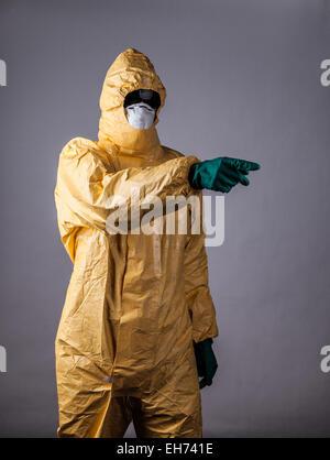 Labor-Mann in chemische schützende Kleidung Hand nach vorne zeigen - Stockfoto