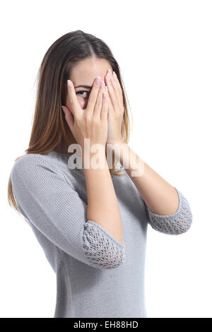 Peinlich Frau, die durch ihre Hände über ihrem Gesicht isoliert auf weißem Hintergrund - Stockfoto
