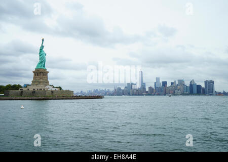 Freiheitsstatue mit der Skyline von Lower Manhattan und One World Trade Center über New York City, New York, USA - Stockfoto