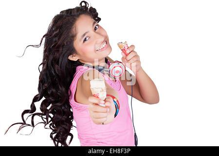 1 indische Mädchen Teenager Delicious Kegel Eis essen - Stockfoto