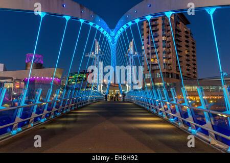Eine beleuchtete Brücke über den Manchester Ship Canal in der Nacht. - Stockfoto