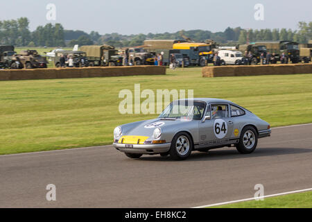 1964 Porsche 901 mit Fahrer Andrew Smith, Fordwater Trophy, 2014 Goodwood Revival, Sussex, UK. Militärisches Fahrzeug - Stockfoto