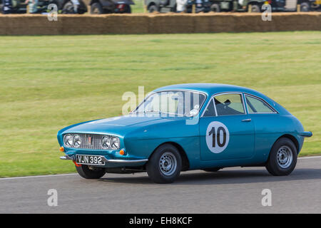 1962 ogle SX1000 mit Fahrer Julian Draper, Fordwater Trophy Rennen, 2014 Goodwood Revival, Sussex, UK. - Stockfoto