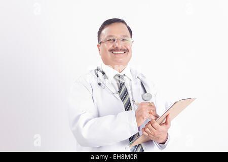 1 indische erwachsenen Mannes Arzt medizinische Berichte schreiben - Stockfoto