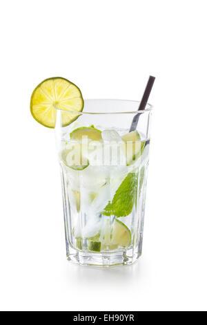 Glas mit Mojito Cocktail isoliert auf weißem Hintergrund - Stockfoto