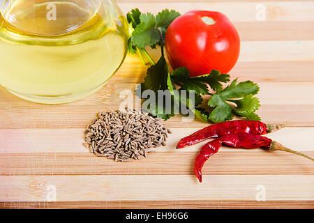 Überfluss Kreuzkümmel Samen Gemüse Tomate und Olive Flasche Essen und Ernährung Qualität niemand - Stockfoto