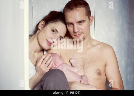 Eltern mit Neugeborenen Baby, Portrait - Stockfoto