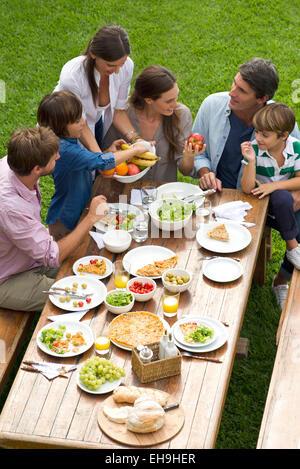 Familie und Freunde versammeln sich für Wochenende Picknick - Stockfoto