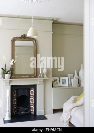 AuBergewohnlich Spiegel Auf Kaminsims Oben Gefliest Kamin Im Weißen Sitzen Platz, Wohnhaus