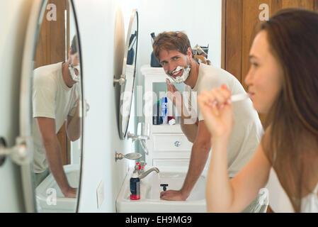 Zähneputzen, rasieren Mann Frau - Stockfoto
