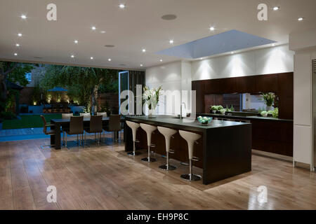 Geplante Küche und Esszimmer eröffnet mit offene Wand, Ellerby Straße nach Hause, UK Garten - Stockfoto